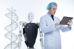 Trabajo ocupado del científico pensativo competente en un laboratorio Imágenes de archivo libres de regalías