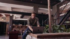 Trabajo profesional creativo en el ordenador portátil almacen de video