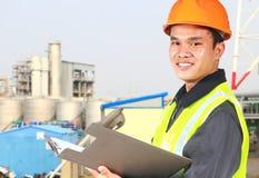 Trabajo químico de la seguridad del ingeniero que lleva industrial fotos de archivo libres de regalías
