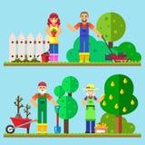 Trabajo que cultiva un huerto de la familia feliz en el jardín fotos de archivo