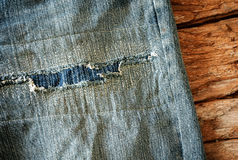 Trabajo sobre desgaste del dril de algodón, pantalones del remiendo de la mezclilla Fotos de archivo libres de regalías