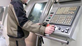 Trabajo sobre el panel de control del CNC de la máquina Fresadora metalúrgica Tecnología de proceso moderna del metal del corte metrajes
