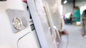 Trabajo sobre el panel de control del CNC de la máquina Fresadora metalúrgica Tecnología de proceso moderna del metal del corte almacen de video