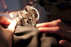 Trabajo sobre la máquina de coser Fotos de archivo libres de regalías