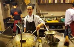 Trabajo vietnamita de los cocineros de la calle fotografía de archivo libre de regalías