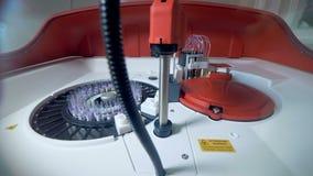 Trabajos automatizados de la centrifugadora con los tubos, muestras de sangre almacen de metraje de vídeo