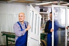 Trabajos con perfiles y ventanas del PVC Imagenes de archivo