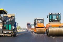 Trabajos de construcción de carreteras con el equipo comercial Fotos de archivo libres de regalías