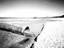 Trabajos de enarenamiento sobre el área de la playa Mirada art?stica en blanco y negro imagen de archivo