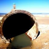 Trabajos de enarenamiento sobre el área de la playa Mirada art?stica en colores vivos del vintage imagenes de archivo