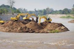 Trabajos de grupo de la máquina del excavador en el río Fotos de archivo