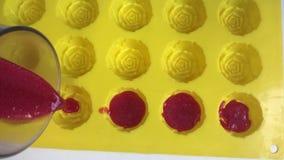 Trabajos de la mujer con los ingredientes para hacer los dulces de la gelatina metrajes