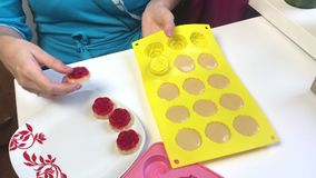 Trabajos de la mujer con los ingredientes para hacer los dulces de la gelatina almacen de metraje de vídeo