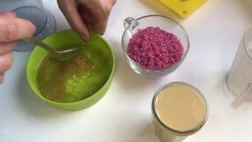 Trabajos de la mujer con los ingredientes para hacer los dulces de la gelatina almacen de video