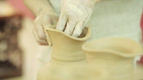 Trabajos del alfarero Proceso de la creación de la loza en cerámica en la rueda de alfareros almacen de video