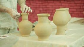 Trabajos del alfarero Proceso de la creación de la loza en cerámica en la rueda de alfareros metrajes