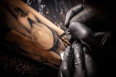 Trabajos del amo del tatuaje Fotografía de archivo