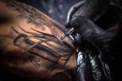 Trabajos del amo del tatuaje Fotos de archivo libres de regalías