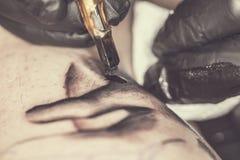 Trabajos del artista del tatuaje Fotos de archivo