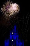 Trabajos del fuego y castillo del mundo de Disney Foto de archivo