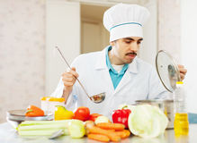 Trabajos del hombre del cocinero   en la cocina Fotos de archivo libres de regalías