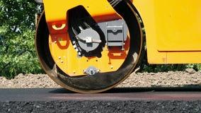Trabajos del primer, de construcción de carreteras con la máquina del compresor del rodillo y acabadora del asfalto Rodillo de ca metrajes