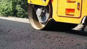 Trabajos del primer, de construcción de carreteras con la máquina del compresor del rodillo y acabadora del asfalto Rodillo de ca almacen de video