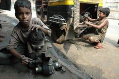 Trabajos infantiles en la India. Fotos de archivo