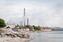 Trabajos metalúrgicos con humo. Mariupol, Ucrania Fotografía de archivo libre de regalías