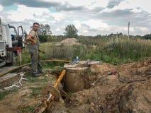 Trabajos sobre la colocación del abastecimiento de agua en zonas rurales en la región de Kaluga en Rusia Foto de archivo libre de regalías