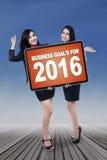 Trabalhador alegre com objetivos de negócios para 2016 Imagens de Stock