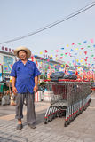 Trabalhador alegre no mercado de Wu, Pequim, China Imagens de Stock Royalty Free