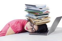 Trabalhador cansado com originais em sua cabeça Fotos de Stock