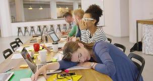 Trabalhador cansado na tabela no escritório vídeos de arquivo