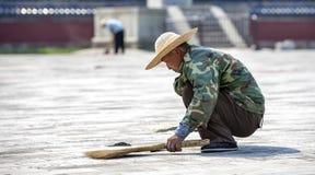 Trabalhador chinês que varre no Pequim Fotografia de Stock Royalty Free
