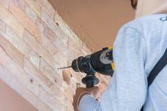Trabalhador com broca de rocha a parede Fotos de Stock Royalty Free