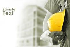 Trabalhador com construção borrada no fundo