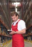 Trabalhador com dispositivo do inventário foto de stock