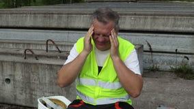 Trabalhador com dor de cabeça filme
