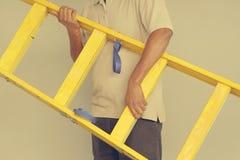 Trabalhador com escada de madeira fotografia de stock royalty free