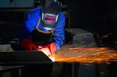 Trabalhador com moedura da máscara protetora e das luvas Fotos de Stock Royalty Free