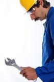 Trabalhador com o capacete de segurança que prende uma chave Imagem de Stock Royalty Free