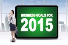 Trabalhador com o quadro de avisos dos objetivos de negócios para 2015 Imagem de Stock