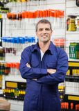 Trabalhador com os braços cruzados na loja de ferragens Fotografia de Stock