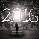 Trabalhador com a porta ao futuro com números 2016 Imagens de Stock