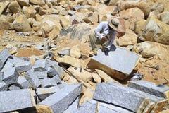 Trabalhador com a tentativa do divisor disponível para rachar a pedra Fotos de Stock Royalty Free