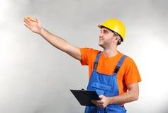 Trabalhador considerável do armazém com apontar da prancheta fotografia de stock