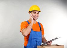 Trabalhador considerável do armazém que fala pelo telefone celular imagem de stock royalty free