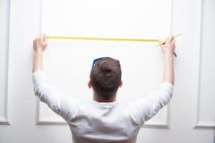 Trabalhador considerável novo com fita de medição Fotografia de Stock Royalty Free