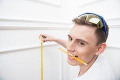 Trabalhador considerável novo com fita de medição Foto de Stock Royalty Free